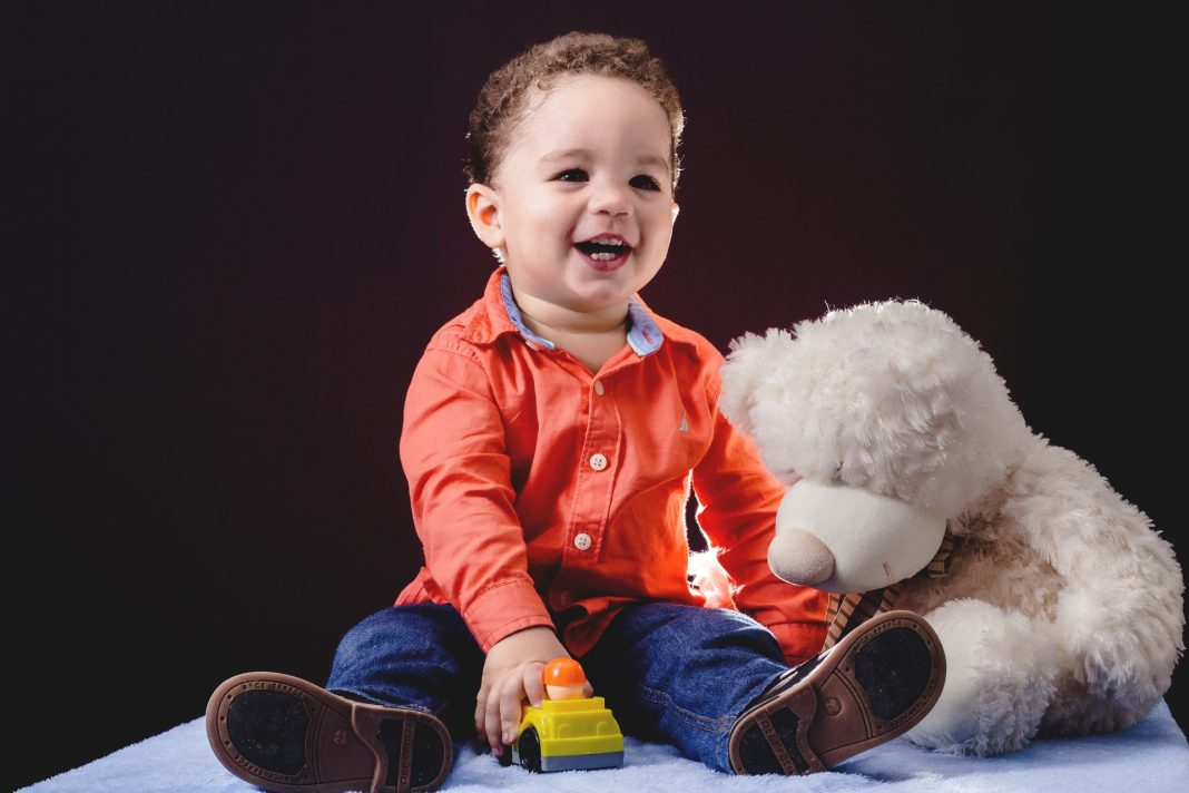 a quel age bébé se tient assis